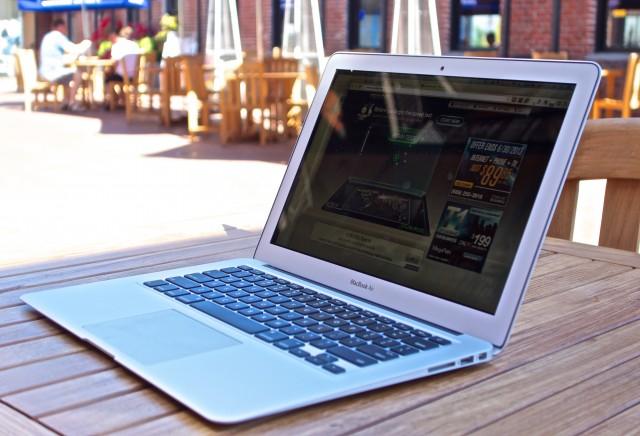 MacBook-Air-vs-MacBook-pro-Retina-2013-sunlight